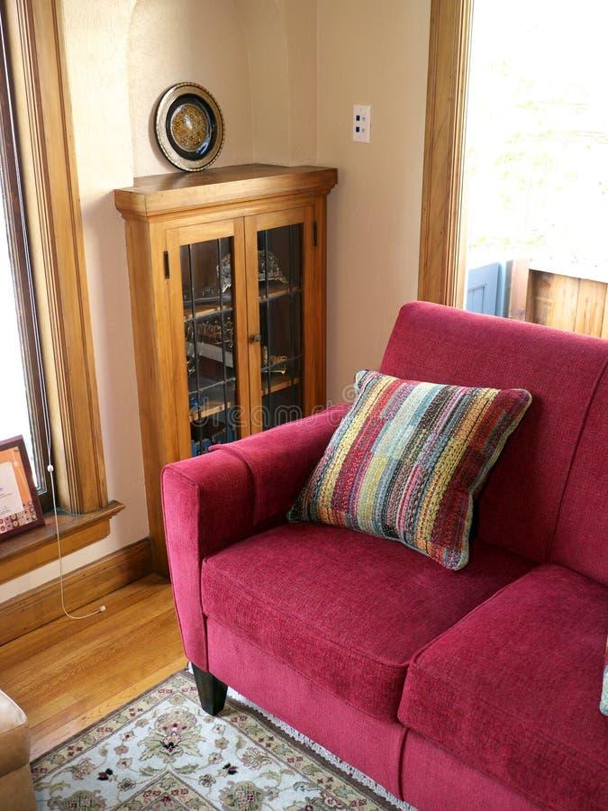 Sofa rouge avec l'oreiller coloré photo libre de droits