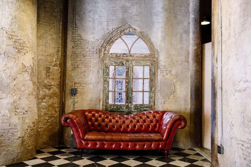 Sofa rouge dans la chambre de theVintage photo libre de droits
