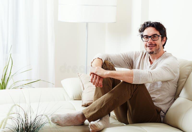 Sofa se reposant d'homme photographie stock