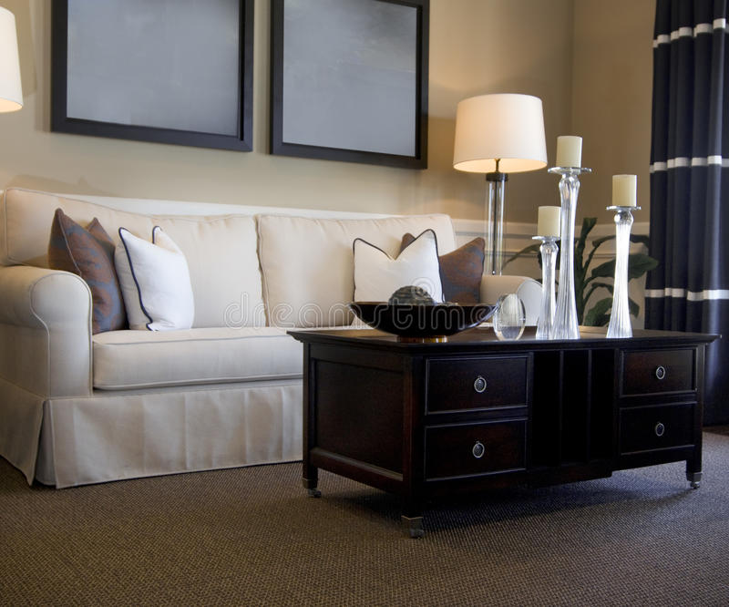 sofa se reposant de pièce attrayante de zone photographie stock