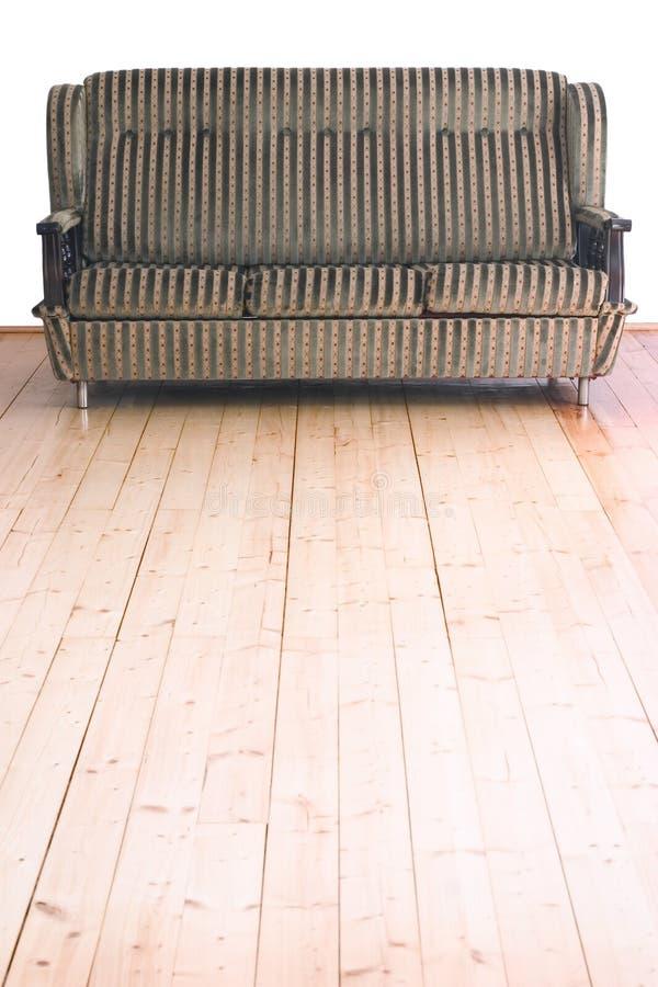 Sofa sur l'étage en bois photos stock