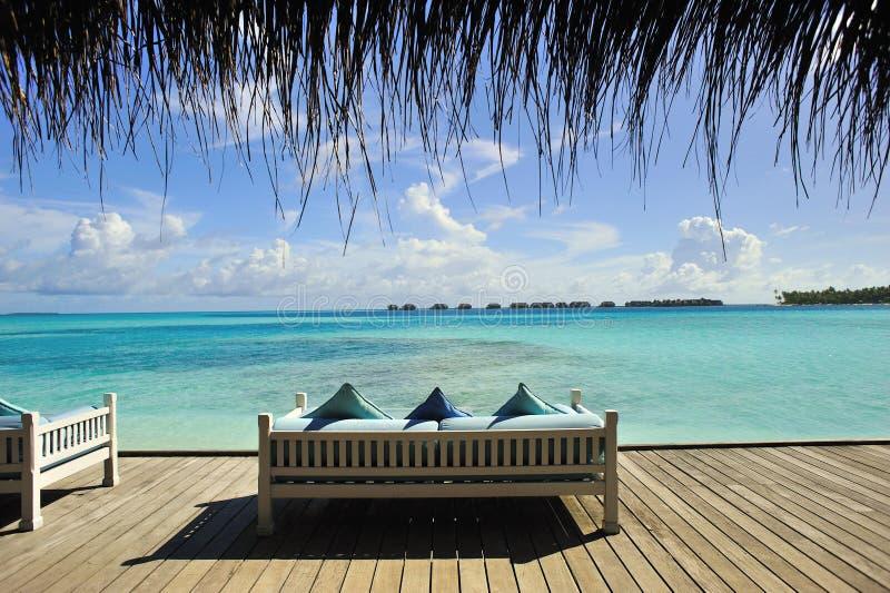 Sofa sur la plage photo libre de droits