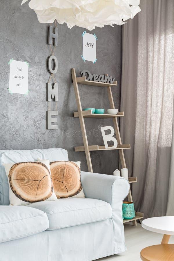 Sofa und einfache regale lizenzfreies stockfoto