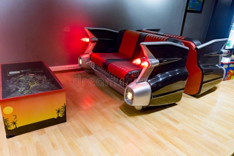 Sofa und Flipperautomat Cadillac-Autos ebenso stockfotografie