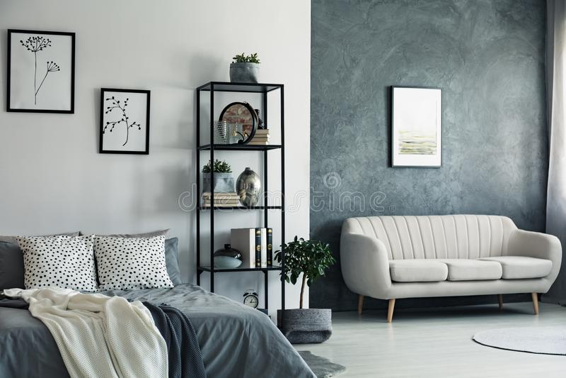 Sofa und Zeichnungen im Schlafzimmer lizenzfreies stockfoto