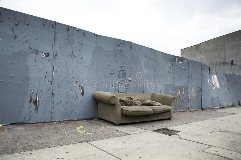 Sofa On une rue images stock