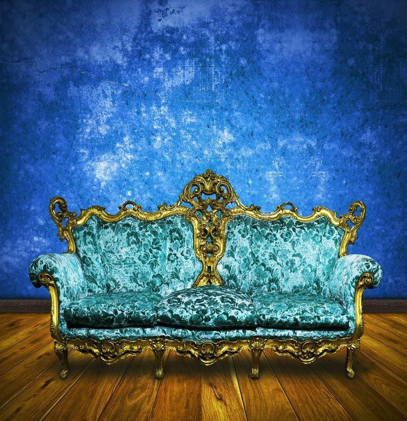 Sofa victorien dans la rétro chambre photo stock