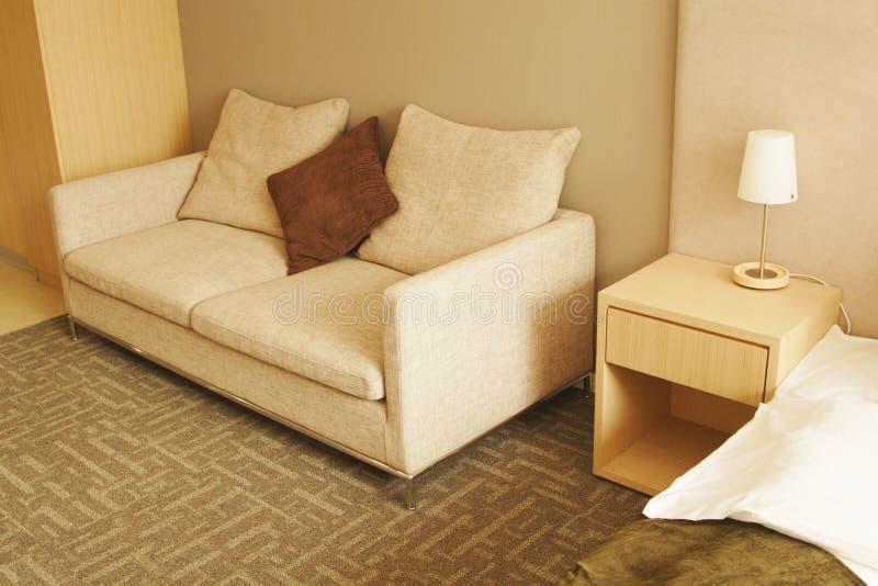 Sofaen med kudder arkivfoto