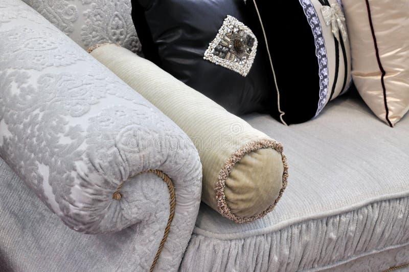 Sofagriff und -kissen im Tuch