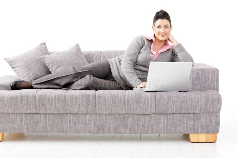 sofakvinnaworking royaltyfri bild