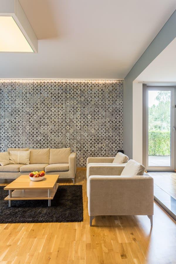 Sofas im Wohnzimmer lizenzfreie stockbilder