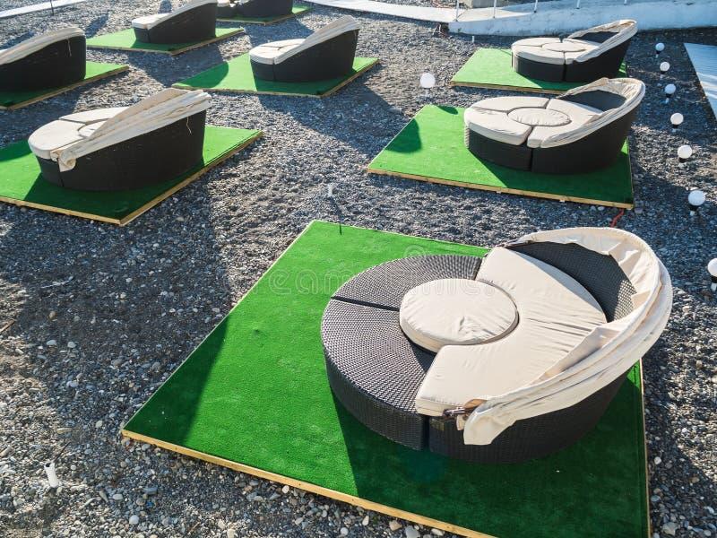 Sofas ronds de rotin sur la plage dans un café extérieur à Sotchi 05 09 2019 images stock