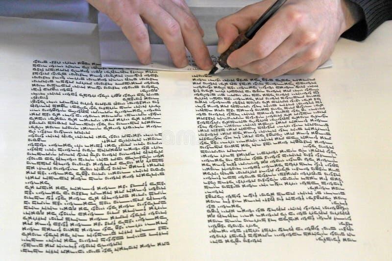Sofer que escribe un sefer Torah en hebreo imagen de archivo libre de regalías