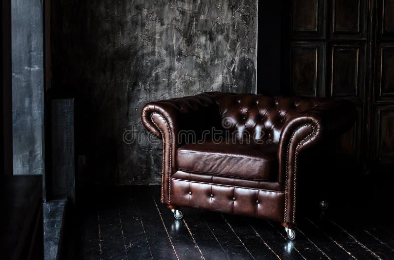 Soffa av bruntläderanseendet i mitt royaltyfri bild