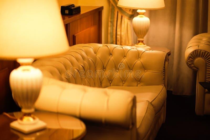 Soffa för vitt läder i hotell arkivfoto