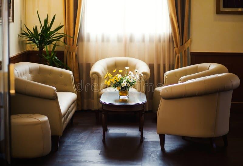 Soffa för vitt läder i hotell royaltyfria bilder