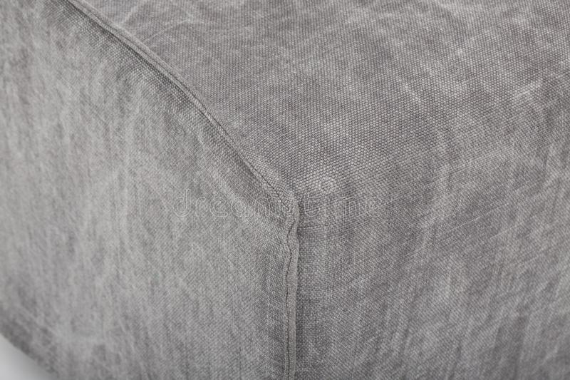 Soffa f?r platsslags tv?sittssoffal?der, modern soffa f?r 2 seater i ljus - gr?tt tyg, 2-Seat soffan, fj?derkuddesoffa, - bild royaltyfri bild
