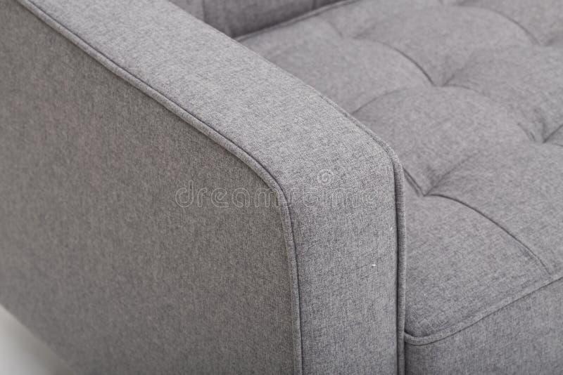 Soffa f?r platsslags tv?sittssoffal?der, modern soffa f?r 2 seater i ljus - gr?tt tyg, 2-Seat soffan, fj?derkuddesoffa, - bild royaltyfria foton