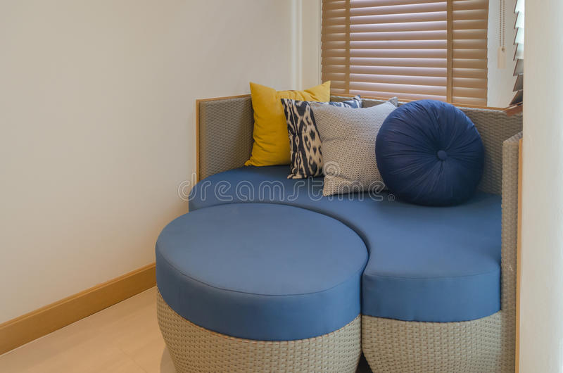 Soffa i sovrummet royaltyfri bild
