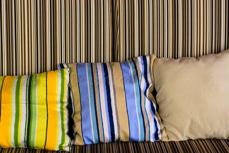 Soffa med härliga färgglade kuddar royaltyfria bilder