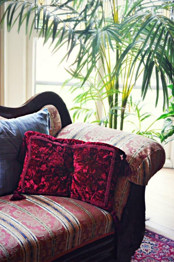 Soffa med kuddar arkivfoton