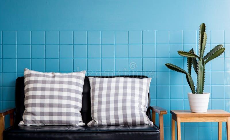 Soffa och kuddemöblemang, bostads- inre av modern vardagsrum arkivbild