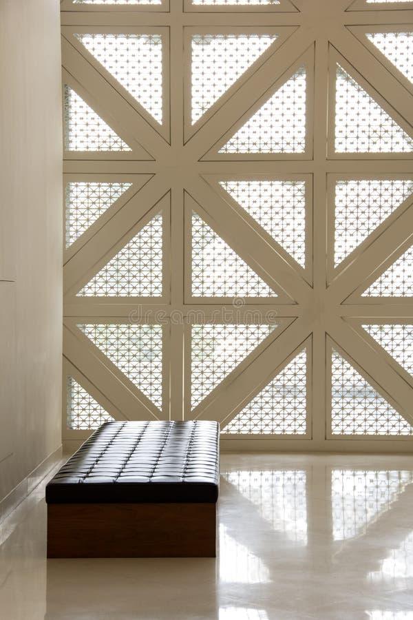 Soffa och vägg arkivfoto