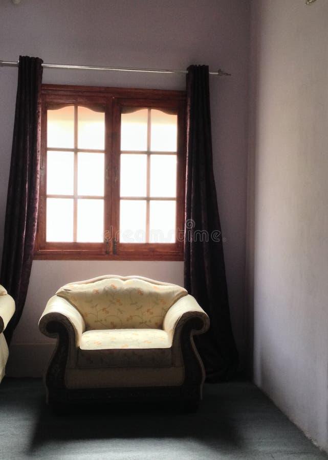 Soffa vid fönstret royaltyfri fotografi