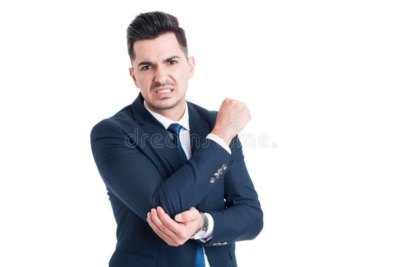 Sofferenza danneggiata dell'uomo d'affari del dolore del gomito immagine stock