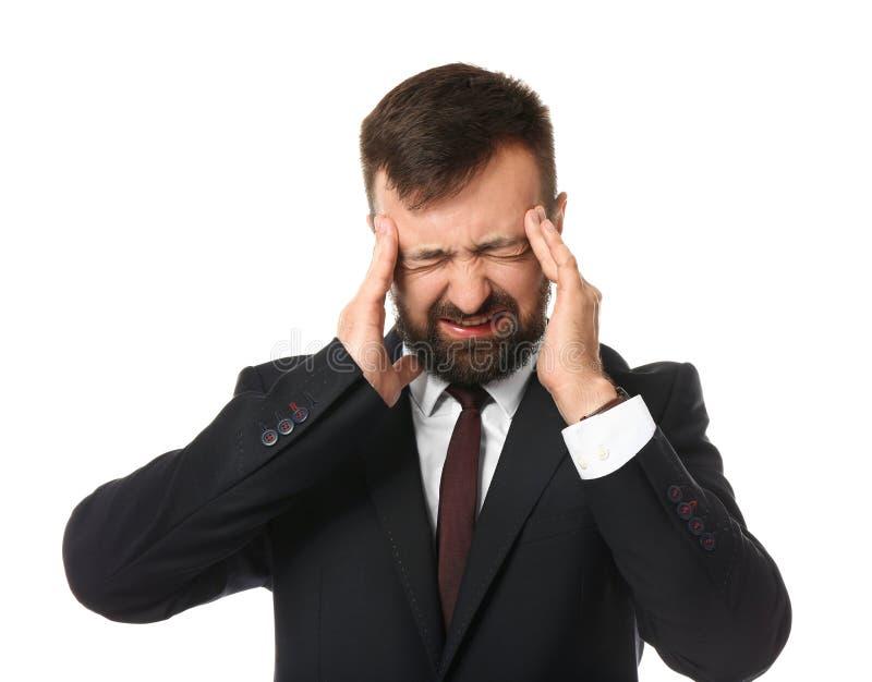 Sofferenza dell'uomo d'affari dall'emicrania su fondo bianco fotografia stock libera da diritti
