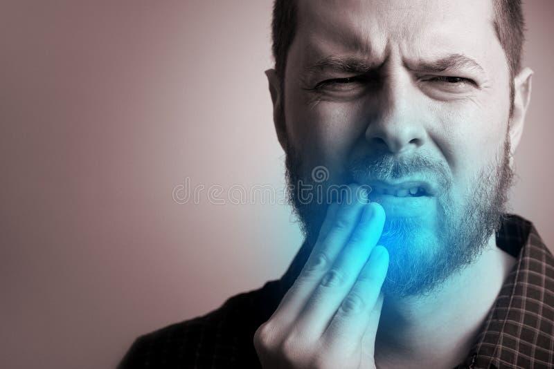 Sofferenza dell'uomo dal dolore di denti immagini stock libere da diritti