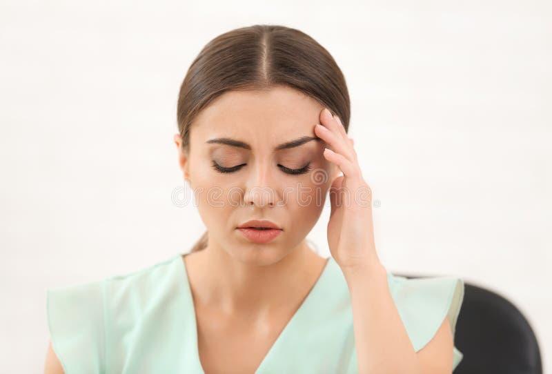 Sofferenza della donna dall'emicrania all'interno immagine stock libera da diritti