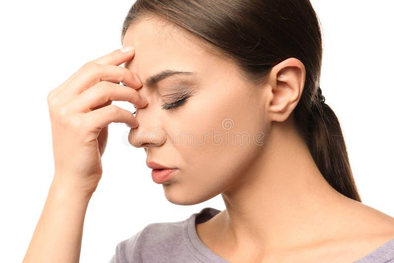 Sofferenza della donna dall'emicrania su fondo bianco fotografie stock libere da diritti