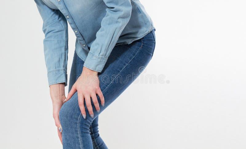 Sofferenza della giovane donna dal dolore in ginocchio, fine su, spazio della copia, dolori articolari immagine stock