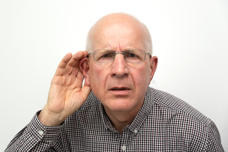 Sofferenza senior dalla sordità immagini stock