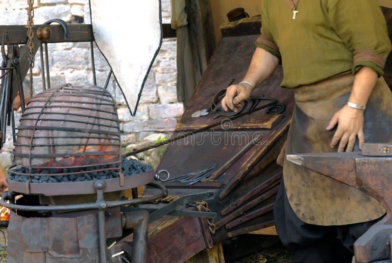 Soffietti nella forgia medievale immagine stock libera da diritti
