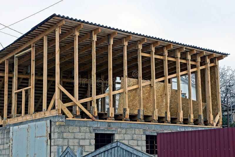 Soffitta non finita e fasci di legno e tetto della plancia fotografia stock libera da diritti