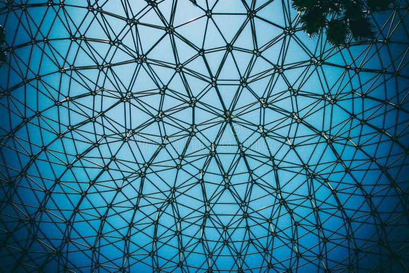 Soffitto curvo della struttura d'acciaio della cupola con il fondo del cielo blu fotografia stock libera da diritti