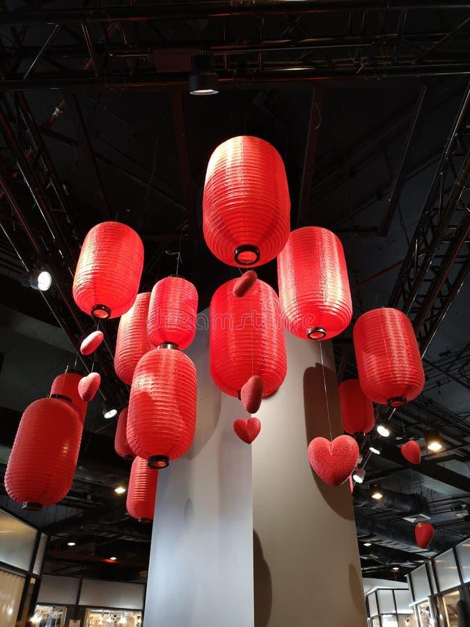 Soffitto d'attaccatura della lanterna della lampada della decorazione di festival cinese rosso cinese del nuovo anno immagini stock