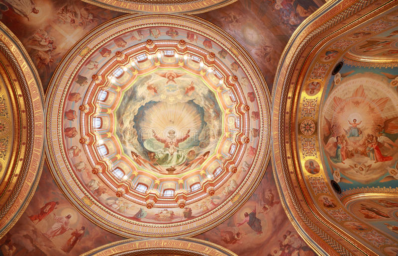 Soffitto descritto vicino all'arco all'interno della cattedrale immagini stock libere da diritti