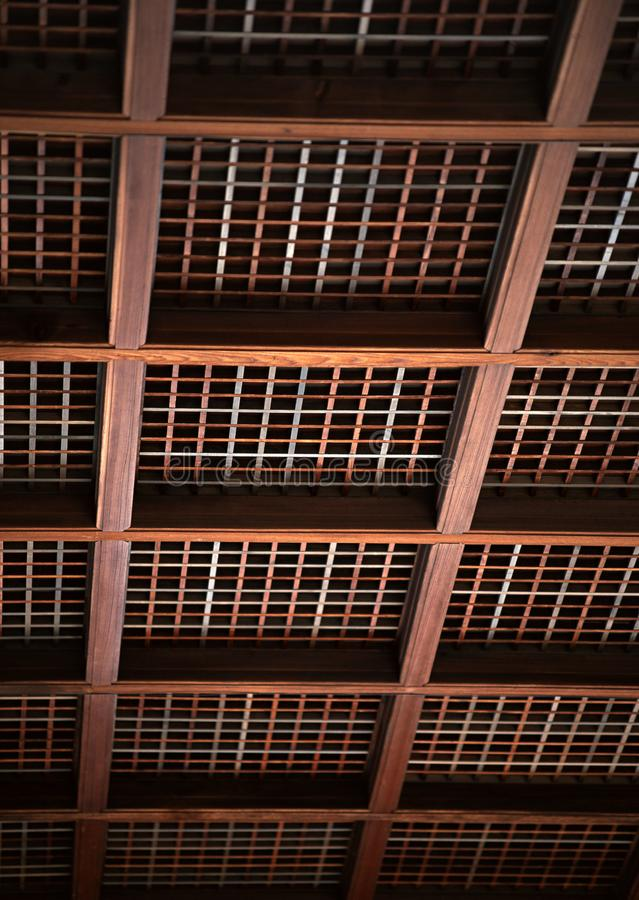 Soffitto di legno giapponese con il fondo quadrato dei dettagli dei fasci immagini stock libere da diritti