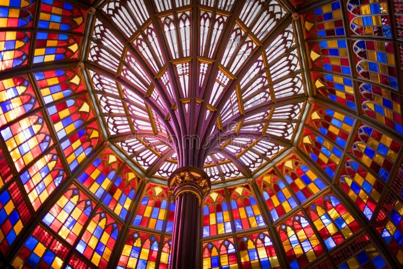Soffitto di vetro macchiato nella vecchia costruzione del Campidoglio dello stato della Luisiana immagine stock libera da diritti