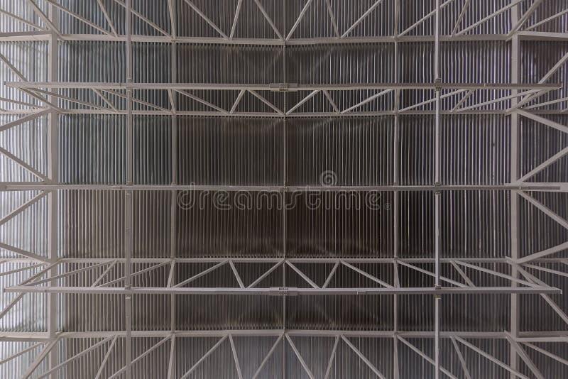 Soffitto industriale con il fondo piano profilato del sistema di fascio della trave e dello strato fotografie stock