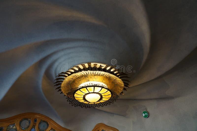 Soffitto a spirale e lampada alla casa Batllo fotografia stock libera da diritti