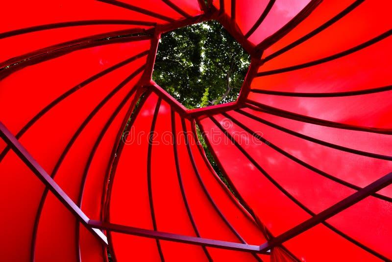 Soffitto a spirale rosso, tenda rossa, spirale rossa immagine stock