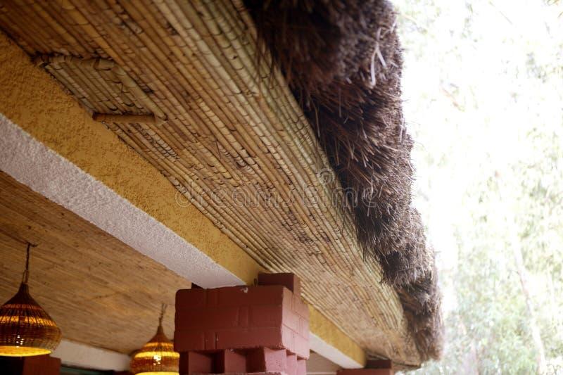 soffitto vegetale della casa etnica tradizionale africana
