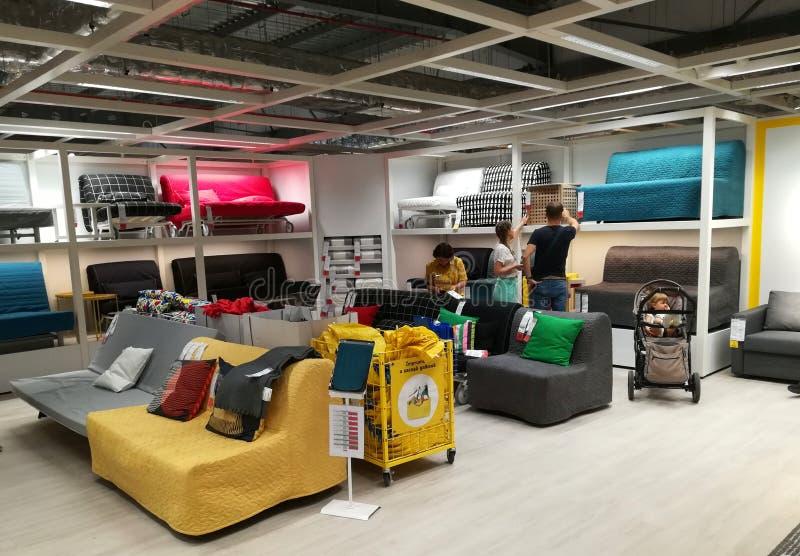 Soffor som är färgrika på Ikea royaltyfri fotografi
