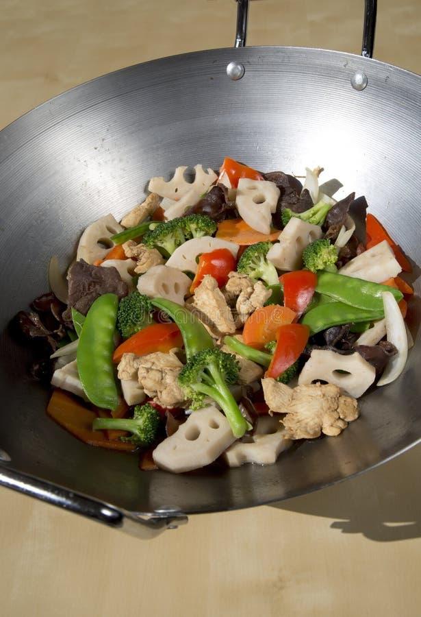 Soffrigga l'alimento nel wok immagine stock libera da diritti