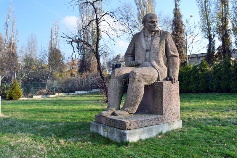 Sofia/Βουλγαρία - το Νοέμβριο του 2017: Ένας γλυπτός αριθμός σοβιετικός-εποχής του Βλαντιμίρ Λένιν μπροστά από το μουσείο των σοσ στοκ εικόνα με δικαίωμα ελεύθερης χρήσης