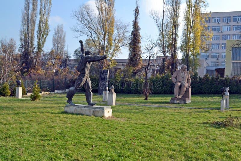 Sofia/Βουλγαρία - το Νοέμβριο του 2017: Αγάλματα σοβιετικός-εποχής στο μουσείο της σοσιαλιστικής τέχνης που καλύπτει την ιστορία  στοκ εικόνες